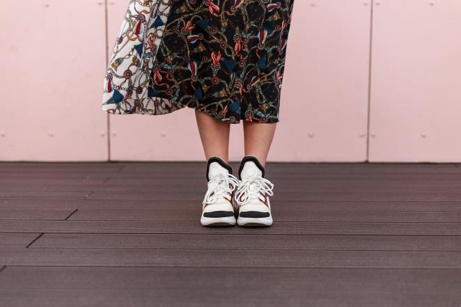 Inspiration: This is how you rock sporty sneakers with floral skirts
